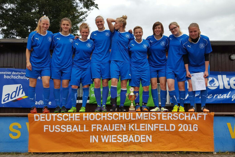 Teamfoto der Damenmannschaft nach dem Sieg des Turniers.