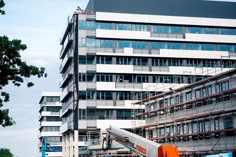 Weiße Gebäude neben einer Baustelle