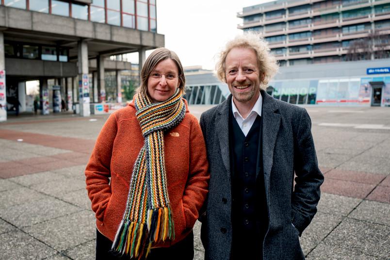 Porträt einer Frau und eines Mannes auf dem Campus der Ruhr-Universität Bochum