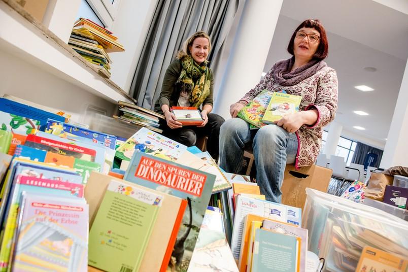 Julia Stammen und Bärbel Abramsen inmitten der gespendeten Bücher.