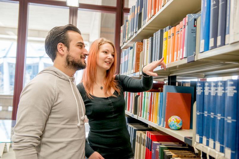 <div> Schüler bekommen Tipps, wie sie in der Bibliothek der RUB nach Literatur suchen können.</div>