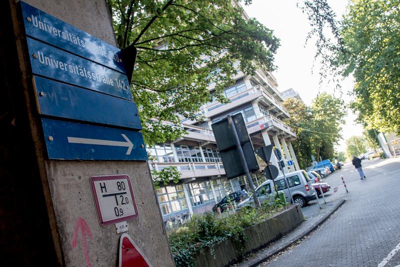 Die M-Nordstraße mit einer Säule im Vordergrund.