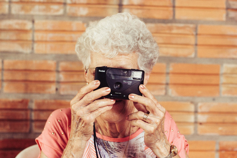 Alte Frau mit Fotoapparat