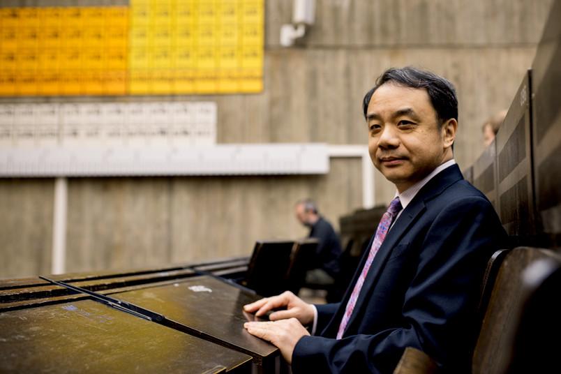 Ehrendoktor Yifang Wang aus China sitzt im Physik-Häörsaal an der Ruhr-Universität Bochum.