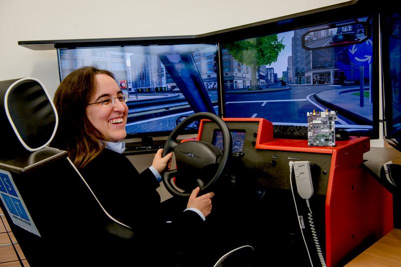 Frau im Fahrsimulator