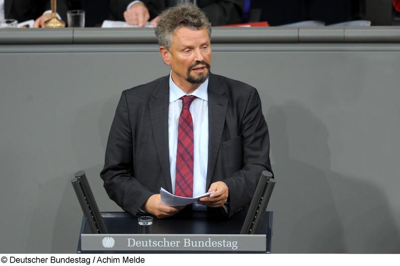 Der Russlandbeaufttagte der Bundesregierung Gernot Erler am Rednerpult des Deutschen Bundestags