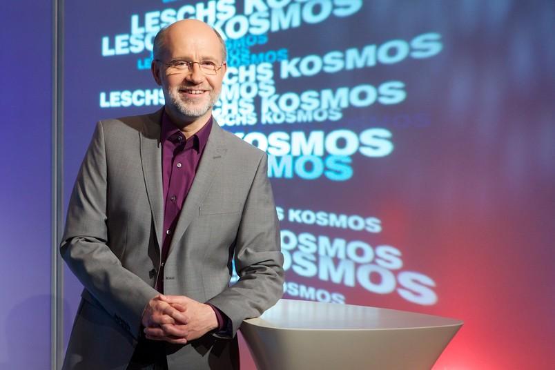 Fernsehmoderator Harald Lesch steht in der Studiokulisse seiner Sendung.