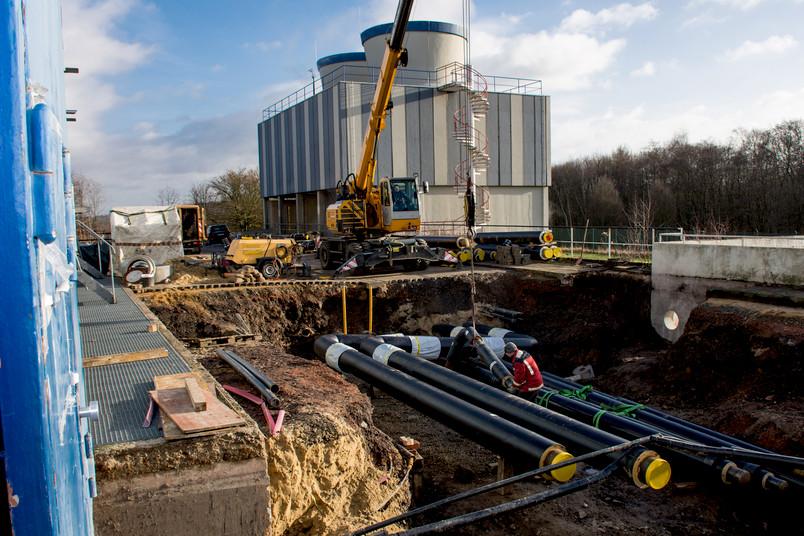 Arbeiter legen neue Fernwärmeleitungen am Technischen Zentrum