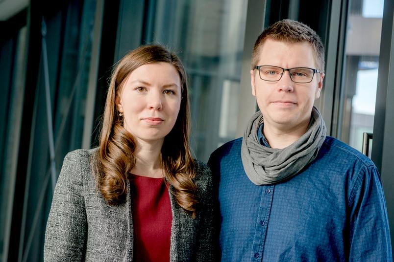 Porträt einer jungen Frau und eines jungen Mannes auf dem Campus der Ruhr-Universität Bochum
