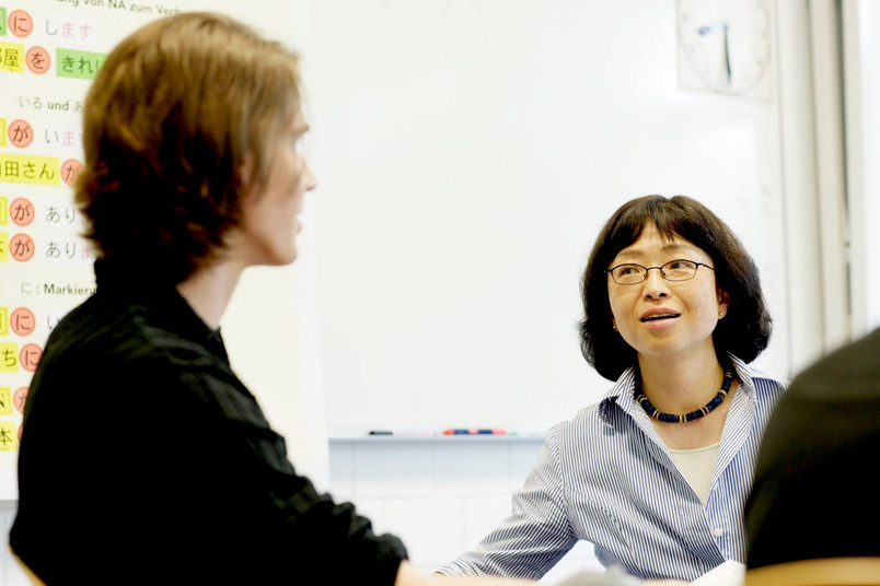 Zwei Studentinnen im Gespräch