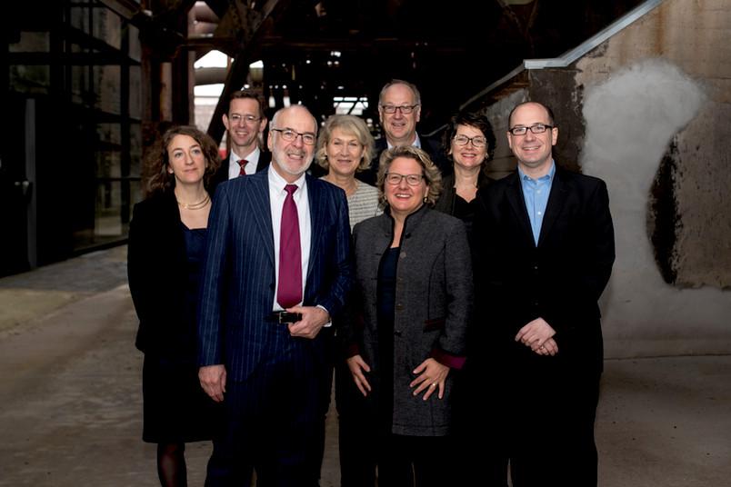 Gruppenbild mit acht Personen
