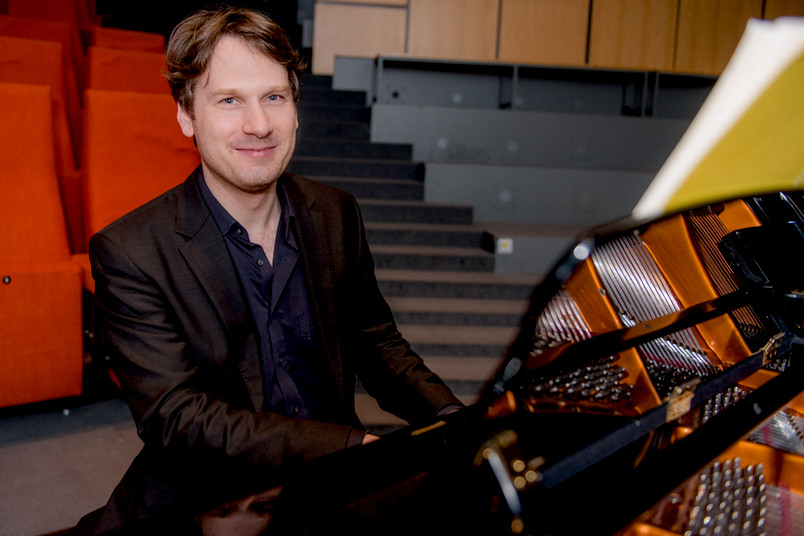 Nikolaus Müller am Klavier
