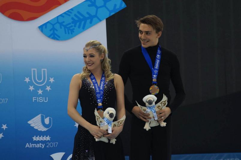 Ein Eiskunstlaufpaar mit Medaillen