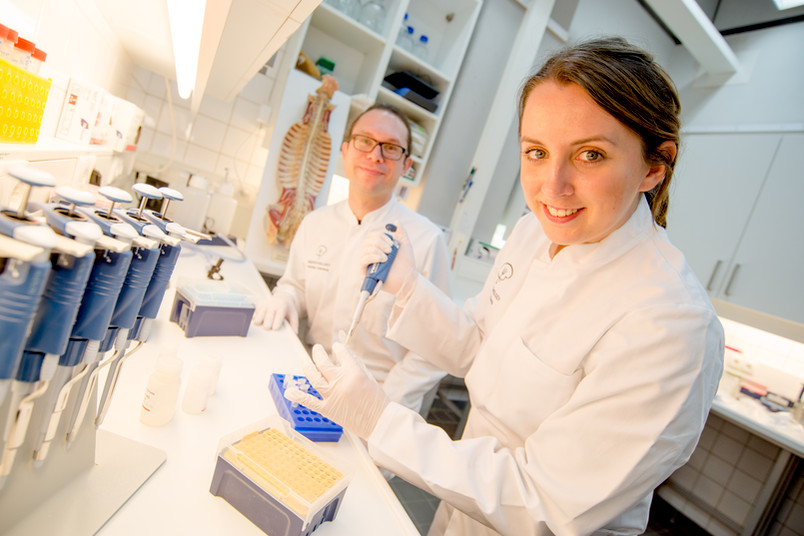 Zwei Forscher im Labor