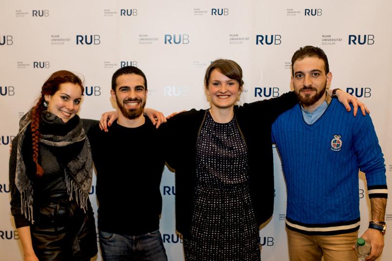 Studentin Alina, Sprachschüler Bader, Studentin Magdalena und Sprachschüler Zuher (von links); Zuher und Bader stammen aus Syrien.