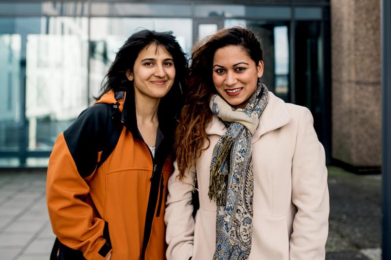 Aasma Jabeen (links) und Inisha Upadhyay engagieren sich in der humanitären Hilfe.