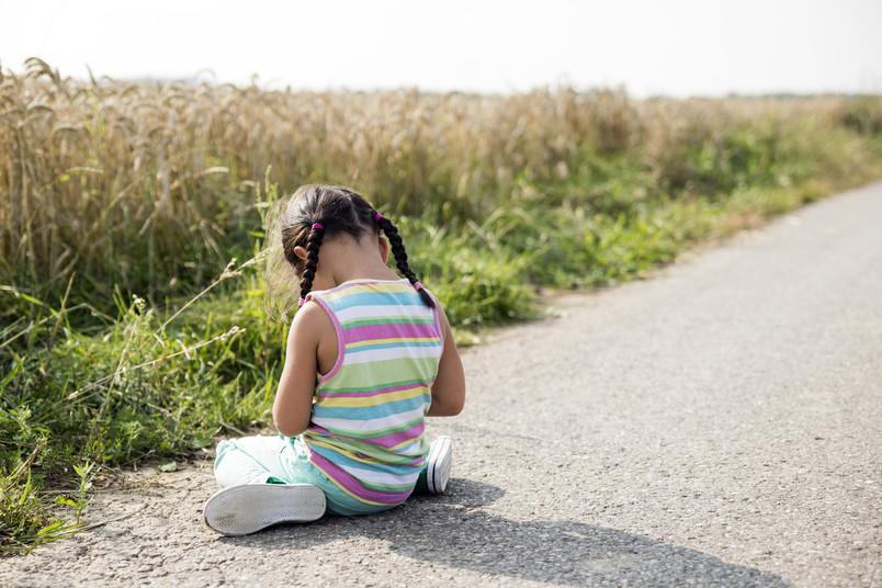 Junges Mädchen allein am Straßenrand