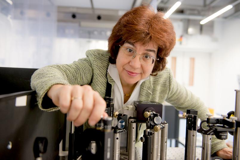 Die Wissenschaftlerin Martina Havenith-Newen arbeitet im Laserlabor