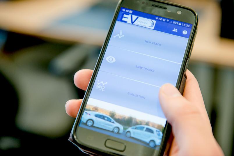 Handy mit E-Auto-App