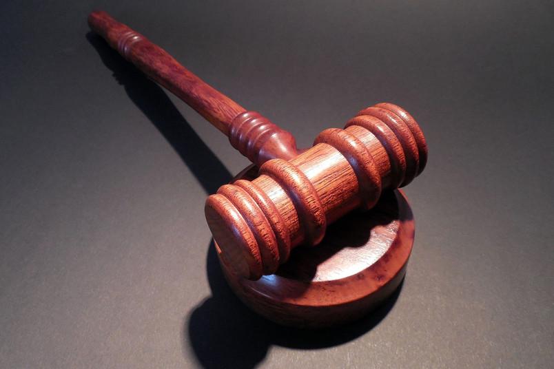 Hammer und Richtertisch