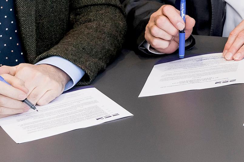 Bildausschnitt von der Unterzeichnung der erweiterten Kooperationsvereinbarung
