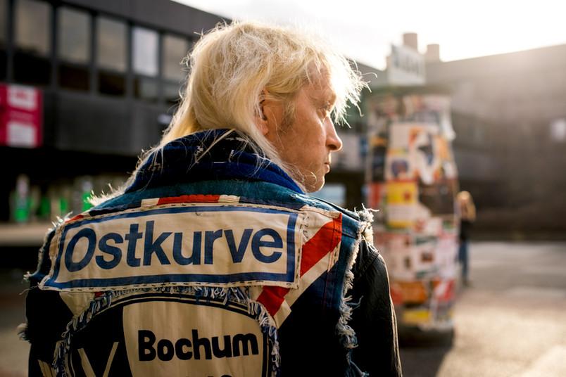 Porträt eines Anhängers vom VfL Bochum von hinten