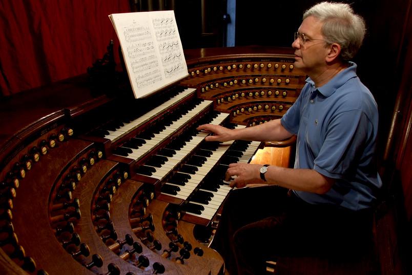 Porträt eines etwa 60-jährigen Mannes an einer Orgel