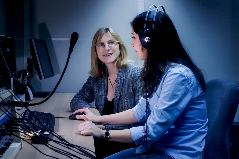 Zwei Wissenschaftlerinnen in einem Sprachlabor.
