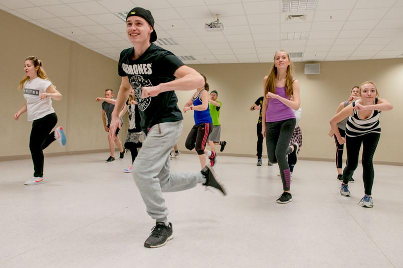 Eine Gruppe von Menschen, die Hip Hop tanzen.