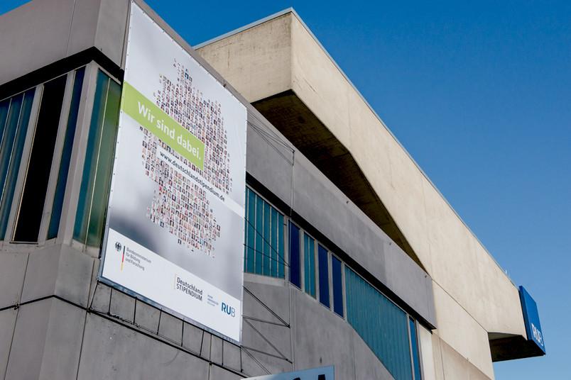 Werbebanner am Gebäude der Ruhr-Universität Bochum.