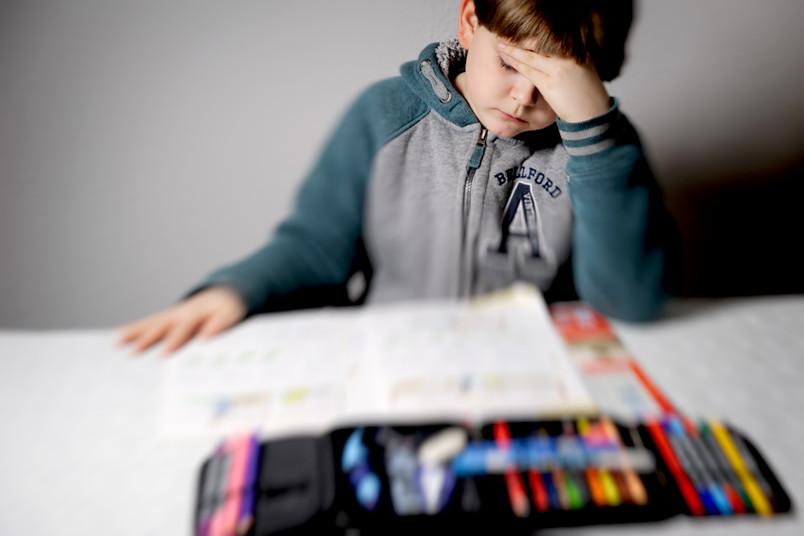 Kind bei den Hausaufgaben.