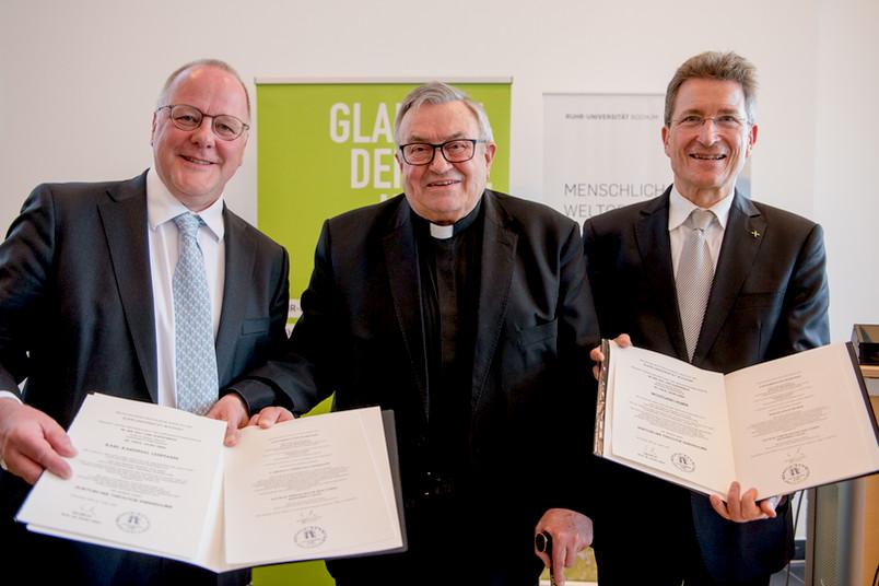Dekan Georg Essen (links) überreichte die Ehrendoktorwürde an Karl Kardinal Lehmann (Mitte) und Bischof Wolfgang Huber (rechts)