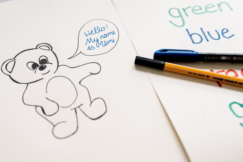 Gezeichneter Bär mit Sprechblase und englischem Text