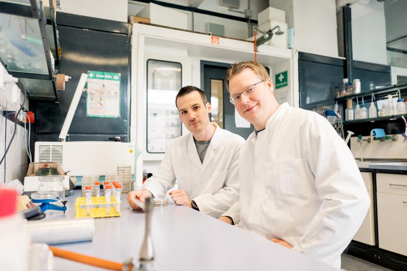 Zwei Forscher mit einer Petrischale