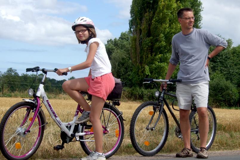 Vater und Tochter mit Fahrrädern