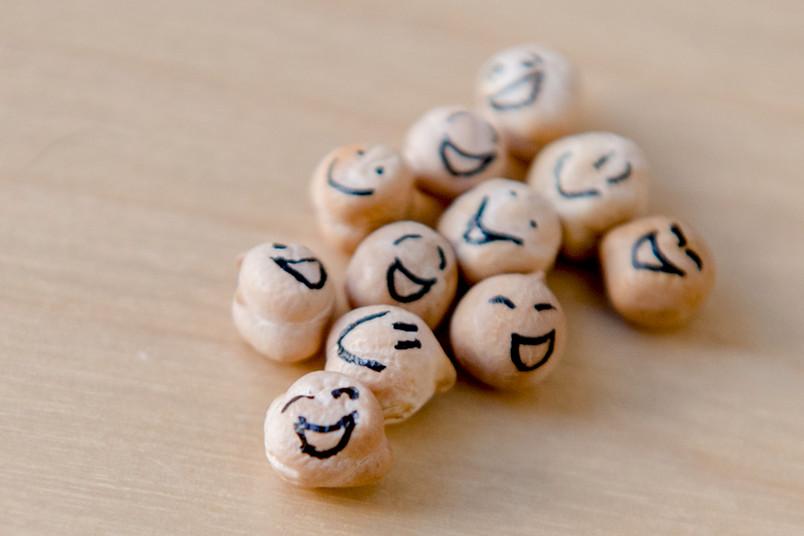 Kichererbsen mit aufgemaltem lachenden Gesicht