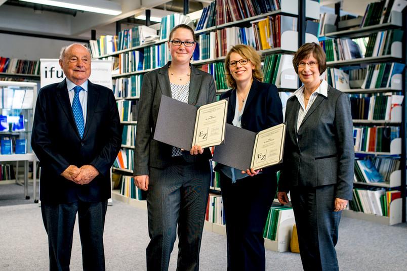 Preisträgerinnen mit Stifter und Lehrstuhlinhaberin