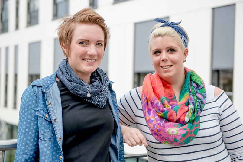 Porträt zweier etwa 25-jährigen Frauen