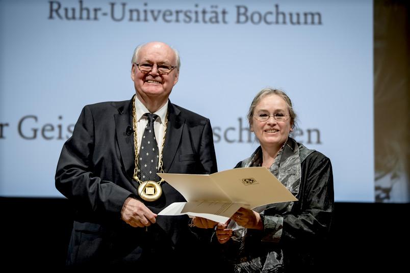 Akademiepräsident Wolfgang Löwer verleiht die Aufnahmeurkunde an Monika Schmitz-Emans