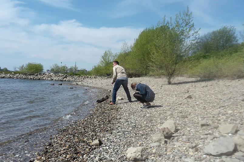 Vater und Tochter am Fluss