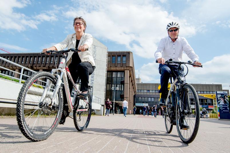 Eine Frau und ein Mann auf dem Fahrrad
