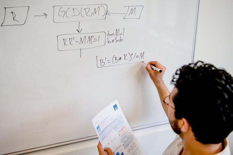 Ingenieur beschreibt ein Whiteboard.