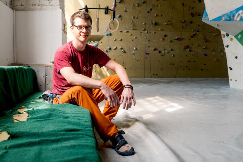 Junger Mann in einer Kletterhalle