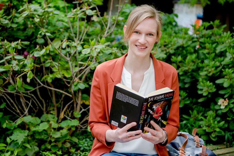 Junge Frau mit Kinderbuch