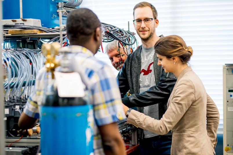 Vier Forscher hantieren mit einer Apparatur.