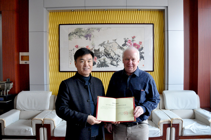 Porträt zweier etwa 60-jähriger Männer, darunter ein Asiate