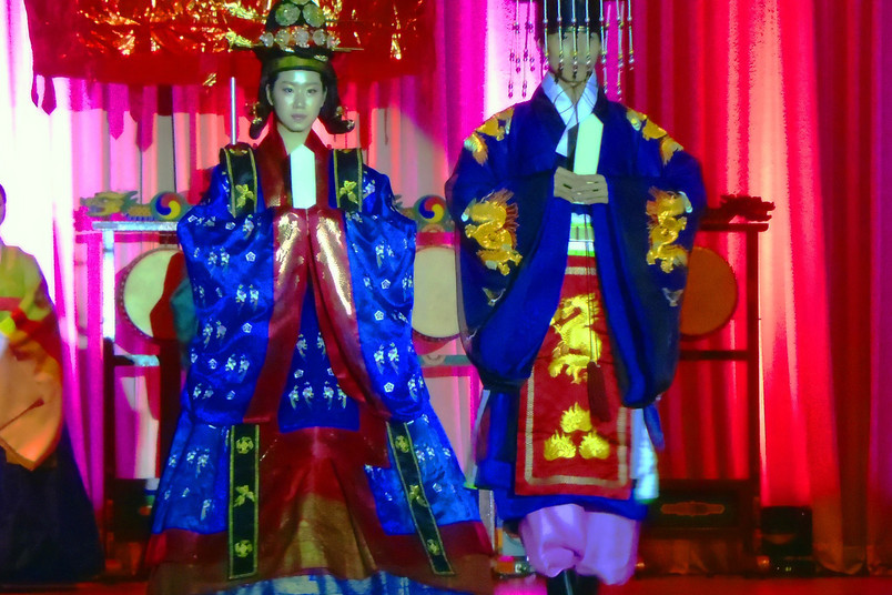 Zwei Koreaner in traditionellen Gewändern
