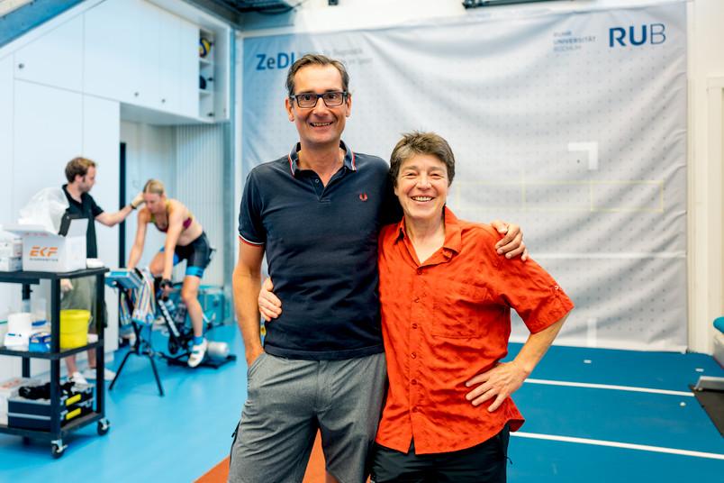 Ein Wissenschaftler und eine Wissenschaftlerin im Sportlabor