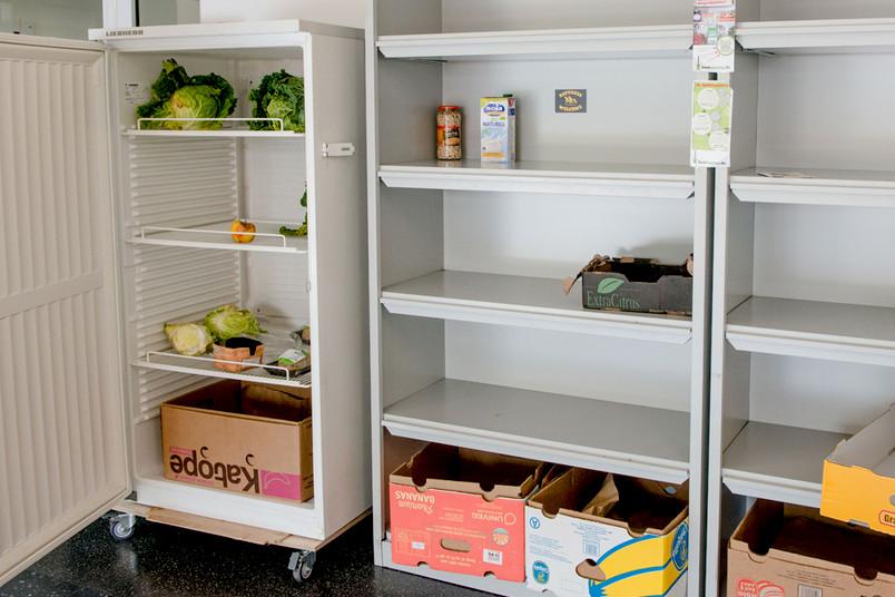 leere Kühlschrank und Schränke