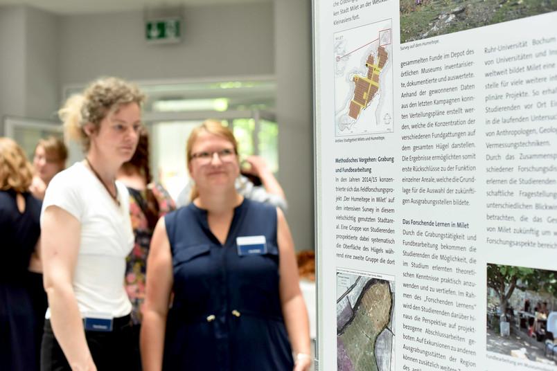 Infotafel zur Archäologie in einer Ausstellung
